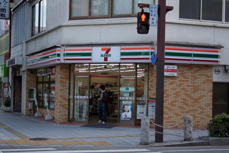 Chủ tiệm tạp hóa Nhật nổi tiếng cả nước vì 'dám' đóng cửa nghỉ Tết 1 ngày - Ảnh 1