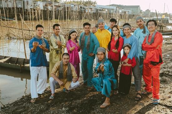 Gia đình Lý Hải đón năm mới độc đáo cùng dàn diễn viên 'Lật mặt - 48h' - Ảnh 4