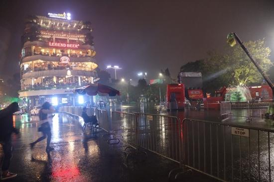 Hà Nội mưa to đêm 30 Tết, hồ Gươm vắng người qua lại chờ ngóng pháo hoa - Ảnh 2