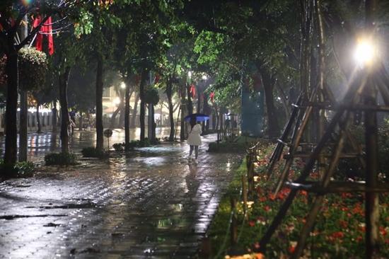 Hà Nội mưa to đêm 30 Tết, hồ Gươm vắng người qua lại chờ ngóng pháo hoa - Ảnh 1