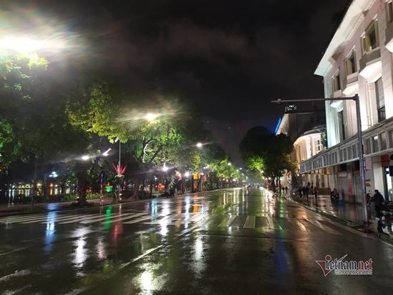Hà Nội mưa to đêm 30 Tết, hồ Gươm vắng người qua lại chờ ngóng pháo hoa - Ảnh 4
