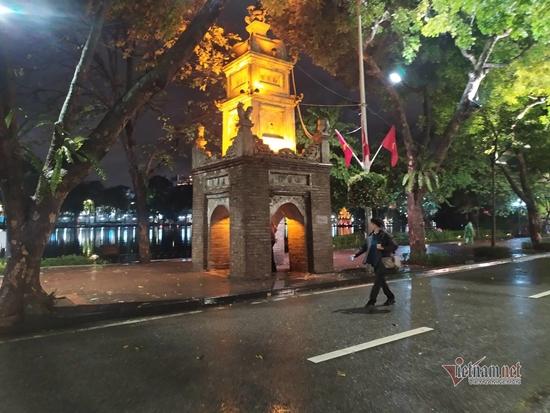 Hà Nội mưa to đêm 30 Tết, hồ Gươm vắng người qua lại chờ ngóng pháo hoa - Ảnh 5
