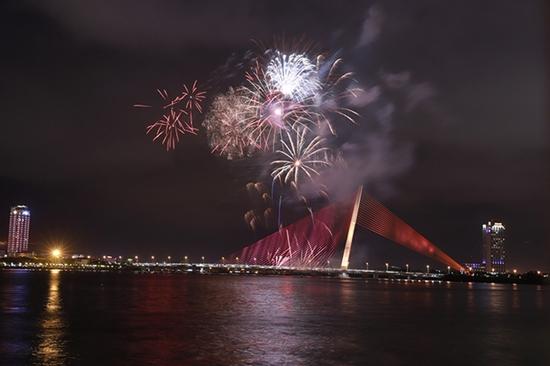 Chùm ảnh: Ngắm nhìn pháo hoa rực rỡ đón chào năm Canh Tý 2020 - Ảnh 5