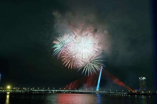 Chùm ảnh: Ngắm nhìn pháo hoa rực rỡ đón chào năm Canh Tý 2020 - Ảnh 6