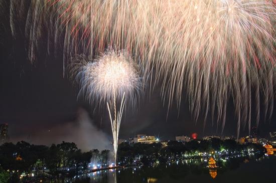 Chùm ảnh: Ngắm nhìn pháo hoa rực rỡ đón chào năm Canh Tý 2020 - Ảnh 4