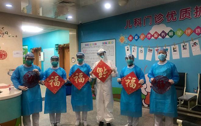 Làm việc quá sức do dịch corona, nhân viên y tế ở Vũ Hán stress nặng - Ảnh 2