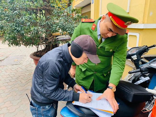 Hà Nội: Công an xử phạt những điểm trông xe chặt chém dịp Tết - Ảnh 1
