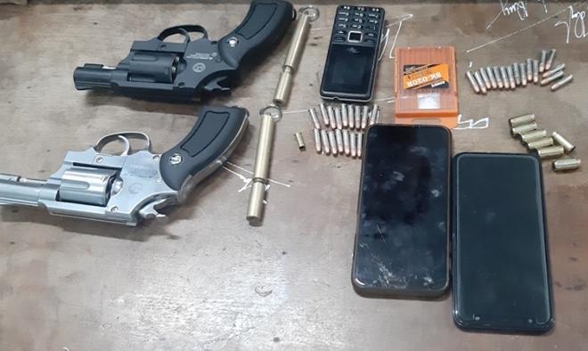 Bắt giữ đối tượng ôm súng, đạn, ma túy nghênh ngang đi bán - Ảnh 2