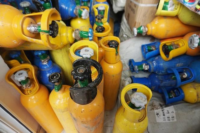 Hải Phòng: Bắt giữ 2 container chứa hơn 400 bình nghi khí cười - Ảnh 1