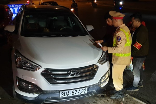 Tài xế ôtô say xỉn buộc CSGT phải lao lên vỉa hè tránh nạn - Ảnh 1