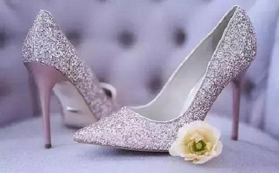Cách nhận biết tính cách người phụ nữ qua đôi giày cao gót họ chọn lựa - Ảnh 1