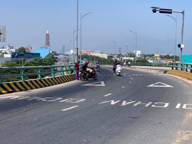 Đà Nẵng: Dầu tràn ra đường hàng chục xe máy gặp nạn - Ảnh 2