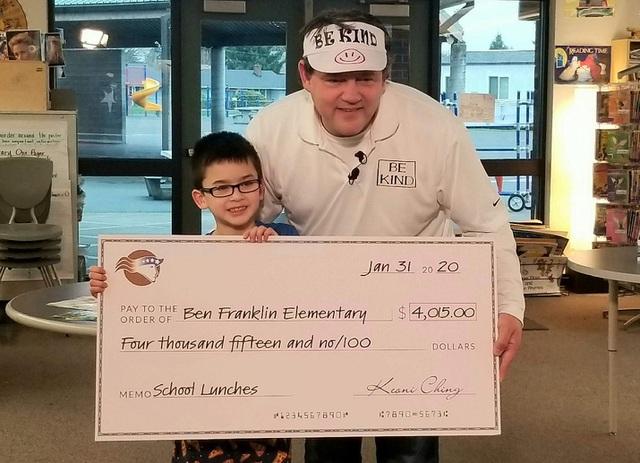 Cậu bé 8 tuổi bán móc khóa lấy tiền trả nợ tiền ăn cho học sinh nghèo - Ảnh 2