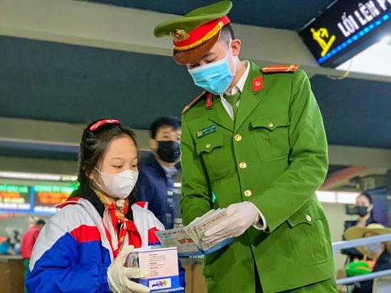 Bé gái từng viết thư cho Thủ tướng, đi phát khẩu trang miễn phí ở bến xe - Ảnh 1