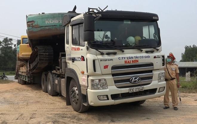 Phạt tài xế xe đầu kéo quá tải cố thủ trên xe 52 triệu đồng - Ảnh 1