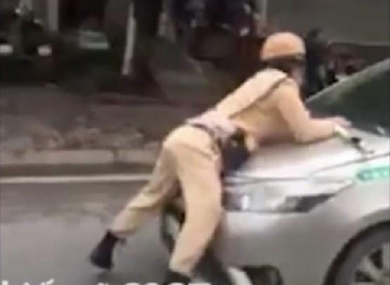 Tài xế taxi hất CSGT lên nắp capô bỏ chạy đã ra trình diện - Ảnh 1