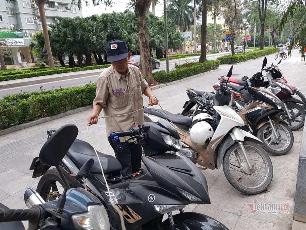 Bị trộm bẻ khóa lấy mất xe máy gần 200 triệu đồng trong tích tắc, bác bảo vệ nhịn ăn để đền bù - Ảnh 1