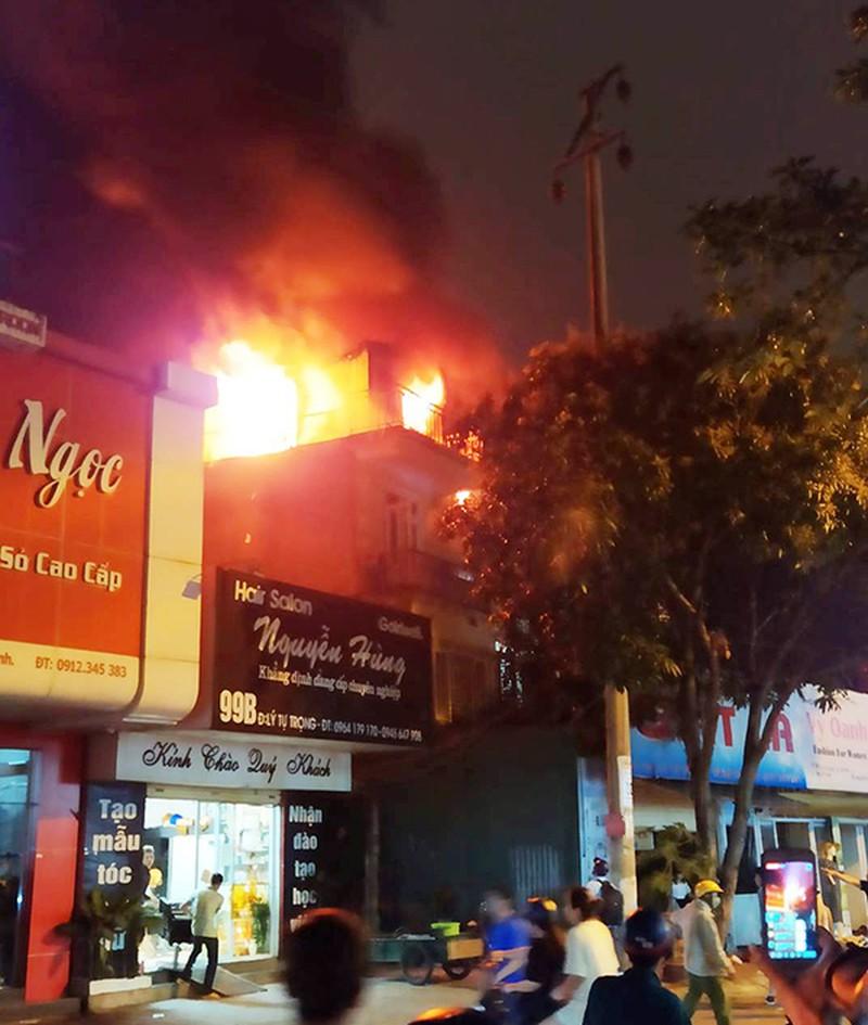 Hà Tĩnh: Tiệm giặt là bốc cháy trong đêm, hàng xóm hốt hoảng tháo chạy - Ảnh 1