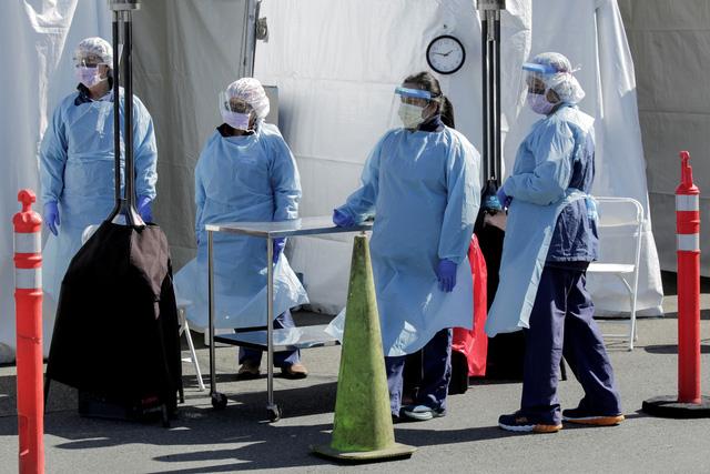 Ông Trump kêu gọi nhân viên y tế tái sử dụng khẩu trang giữa lúc nguồn cung không đủ - Ảnh 1