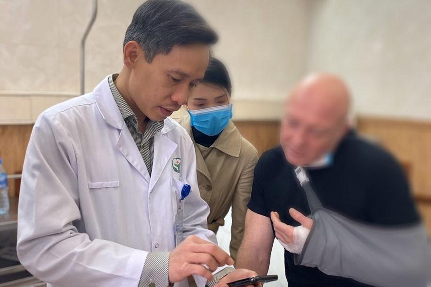 Bác sĩ Việt đã phẫu thuật thành công, giữ lại được ngón tay cho bệnh nhân người Pháp - Ảnh 1