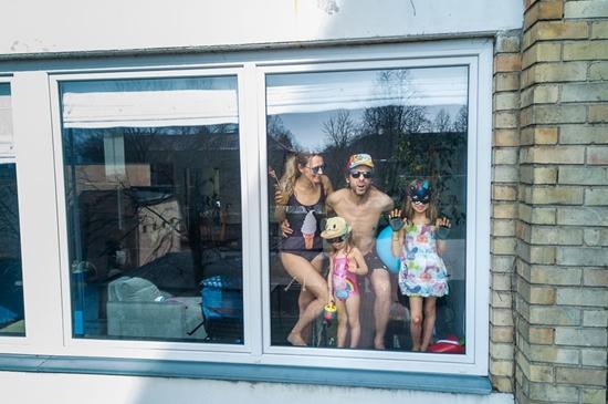Những hình ảnh cho thấy người Mỹ tự giải trí ở nhà trong thời gian cách ly vì dịch Covid-19 - Ảnh 2