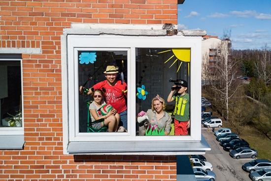 Những hình ảnh cho thấy người Mỹ tự giải trí ở nhà trong thời gian cách ly vì dịch Covid-19 - Ảnh 3