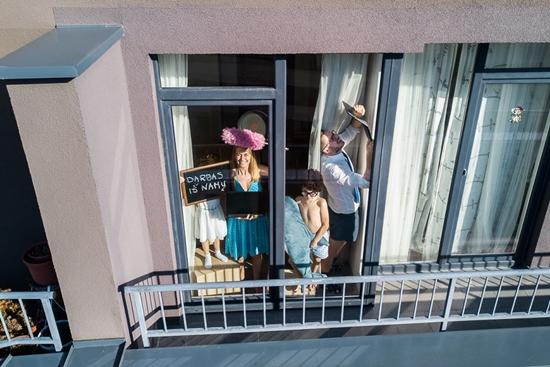 Những hình ảnh cho thấy người Mỹ tự giải trí ở nhà trong thời gian cách ly vì dịch Covid-19 - Ảnh 10