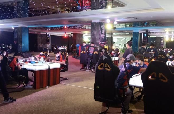 Bất chấp lệnh cấm, gần 100 game thủ vẫn tụ tập thi đấu ở Cocobay Đà Nẵng - Ảnh 1