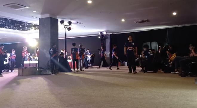 Bất chấp lệnh cấm, gần 100 game thủ vẫn tụ tập thi đấu ở Cocobay Đà Nẵng - Ảnh 2