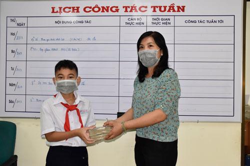 Cậu bé lớp 6 ủng hộ tiền tiết kiệm mua quà tặng mẹ để chống dịch Covid-19 - Ảnh 1