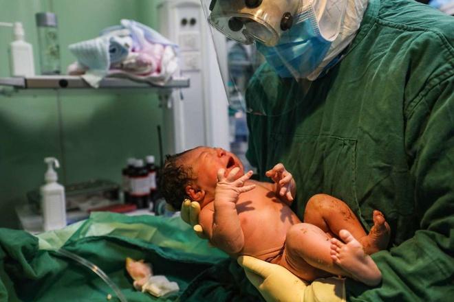 Giấu bệnh để vào phòng hộ sinh, chồng lây Covid-19 cho vợ - Ảnh 1