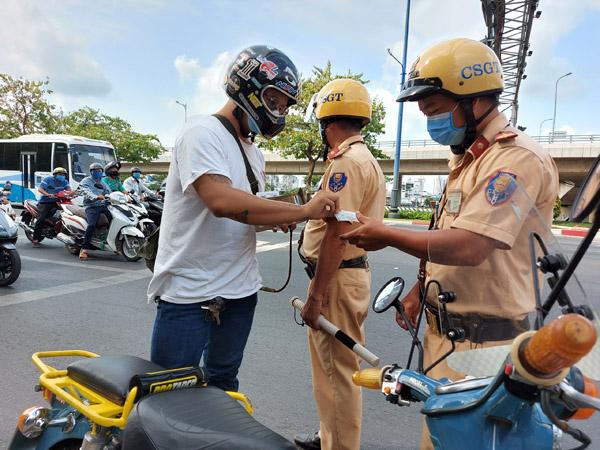 Ngày đầu tổng kiểm soát phương tiện giao thông, gần 9.000 trường hợp vi phạm - Ảnh 1