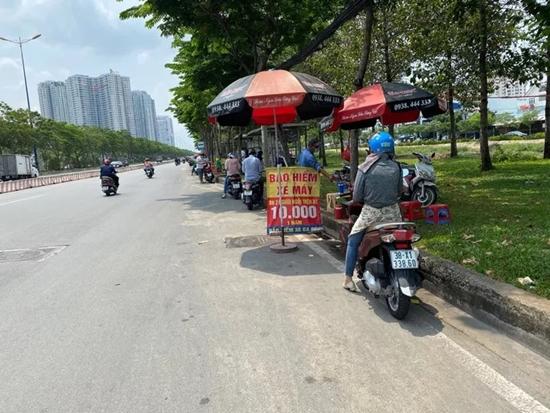 CSGT tổng kiểm soát phương tiện, người dân nháo nhác tìm mua bảo hiểm xe máy - Ảnh 2