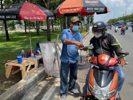 CSGT tổng kiểm soát phương tiện, người dân nháo nhác tìm mua bảo hiểm xe máy - Ảnh 3