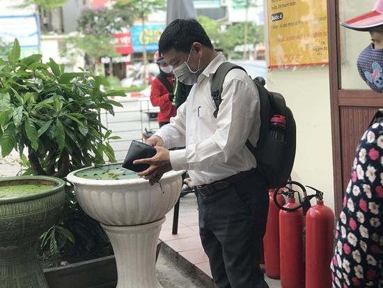 CSGT tổng kiểm soát phương tiện, người dân nháo nhác tìm mua bảo hiểm xe máy - Ảnh 1