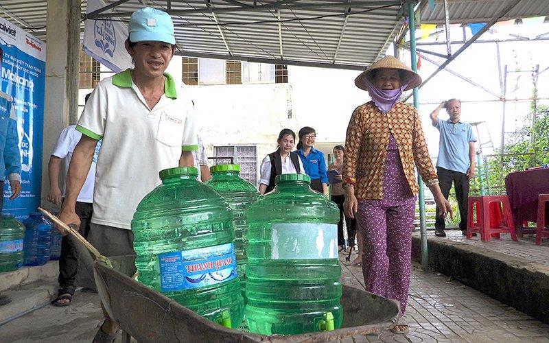 Tặng 3 hệ thống lọc nước nhiễm mặn thành nước ngọt cho người dân Cà Mau - Ảnh 2