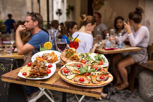 Vì sao nhiều nhà hàng không cho khách mang đồ ăn thừa về? - Ảnh 1