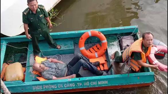 Giảng viên người Mỹ suýt chết đuối vì nhảy sông Sài Gòn vớt hộ chiếu - Ảnh 1