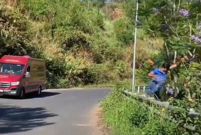 Nam du khách bẻ hoa phượng tím ở Đà Lạt: Thừa nhận mình đã sai - Ảnh 1