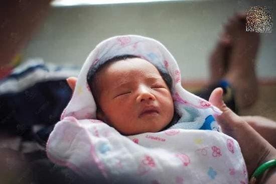Những hình ảnh mới nhất về con gái mới sinh của người đàn ông chuyển giới - Ảnh 3