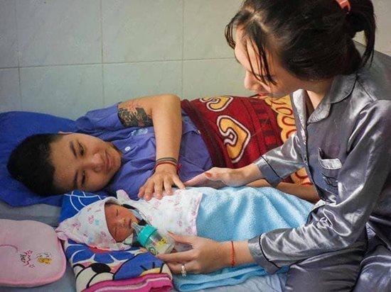 Những hình ảnh mới nhất về con gái mới sinh của người đàn ông chuyển giới - Ảnh 4