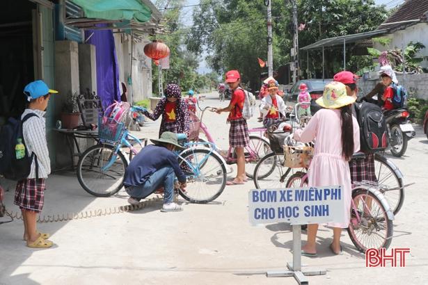 Thái Bình: Thầy giáo vật lý đội nắng bơm xe giúp học sinh - Ảnh 2