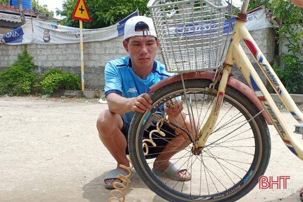 Thái Bình: Thầy giáo vật lý đội nắng bơm xe giúp học sinh - Ảnh 3