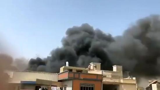 Thảm kịch máy bay chở 107 người đâm xuống khu dân cư ở Pakistan - Ảnh 2