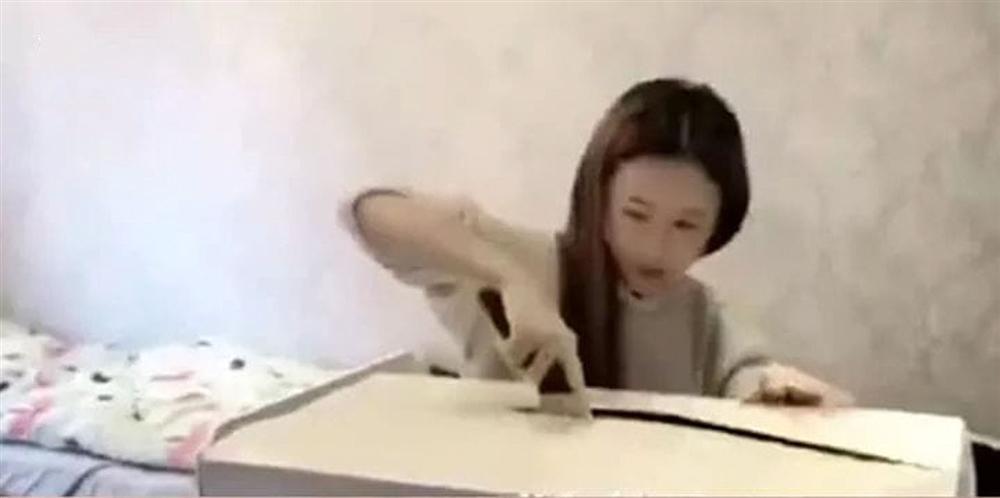 Dùng dao mở hộp quà khủng, cô gái suýt bổ đôi đầu bạn trai bên trong - Ảnh 1