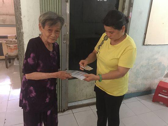 Xúc động tấm lòng thơm thảo của cụ bà 80 tuổi bán vé số mưu sinh - Ảnh 2