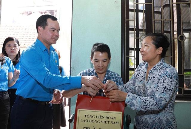 Thăm, tặng quà hỗ trợ công nhân bị tai nạn lao động - Ảnh 1