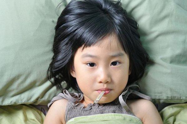 Dù bận đến mấy, thấy con có dấu hiệu này, cha mẹ phải đưa đi bệnh viện ngay - Ảnh 2