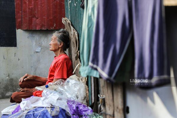 Cuộc sống của người dân nghèo Hà Nội ngày nắng nóng - Ảnh 4