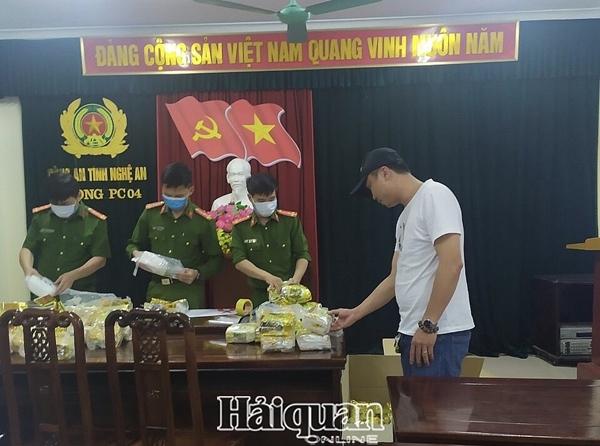 Nghệ An: Trùm ma túy lật xe, đổ nửa tạ ma túy đá xuống đường - Ảnh 3